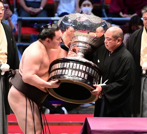 八角理事長(右)から内閣総理大臣杯を贈呈される白鵬(2021年7月18日撮影)