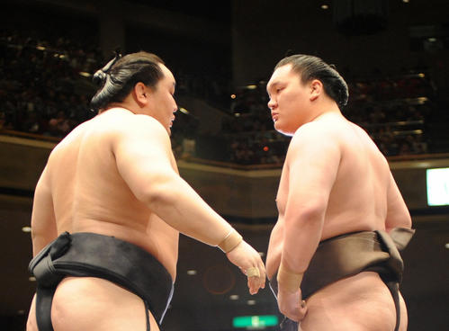 08年夏場所千秋楽、土俵上で朝青龍(左)とにらみ合う白鵬