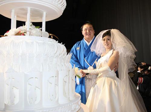 10年2月、結婚披露宴で紗代子夫人(右)とケーキ入刀