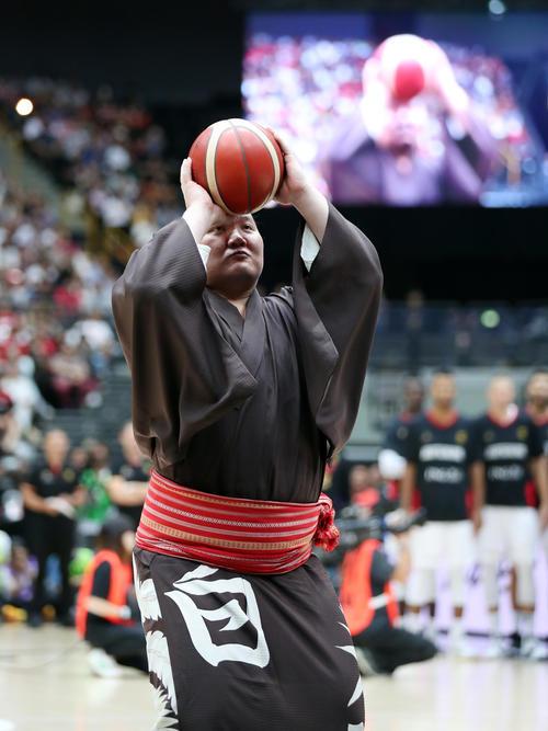 19年8月、バスケットボール男子日本代表強化試合でフリースローセレモニーに参加する白鵬