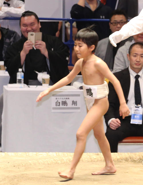 16年1月、「白鵬杯」で長男真羽人くん(手前)を携帯で撮影