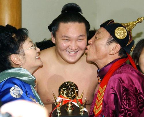 2005年1月、大相撲初場所で技能賞を受賞し、両親から祝福される白鵬(共同)