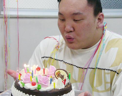白鵬20歳誕生日 白鵬は20歳を祝うケーキの火を一気に消す(05年3月11日)