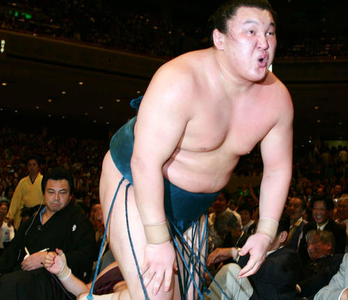 大相撲夏場所千秋楽 優勝決定戦で初優勝した大関白鵬。勝利を確信し、口をとがらせて叫んだ(06年05月21日)