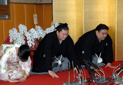 横綱昇進伝達式で口上を述べる白鵬。右は宮城野親方、左は佳代親方夫人(2007年05月30日)