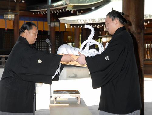07年6月、横綱推挙式で北の湖理事長(左)から横綱を受け取る白鵬
