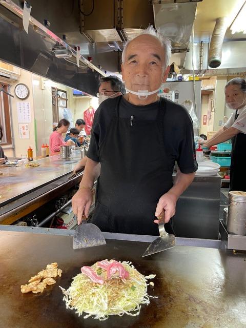 カープ東京支店で調理する山岡さん