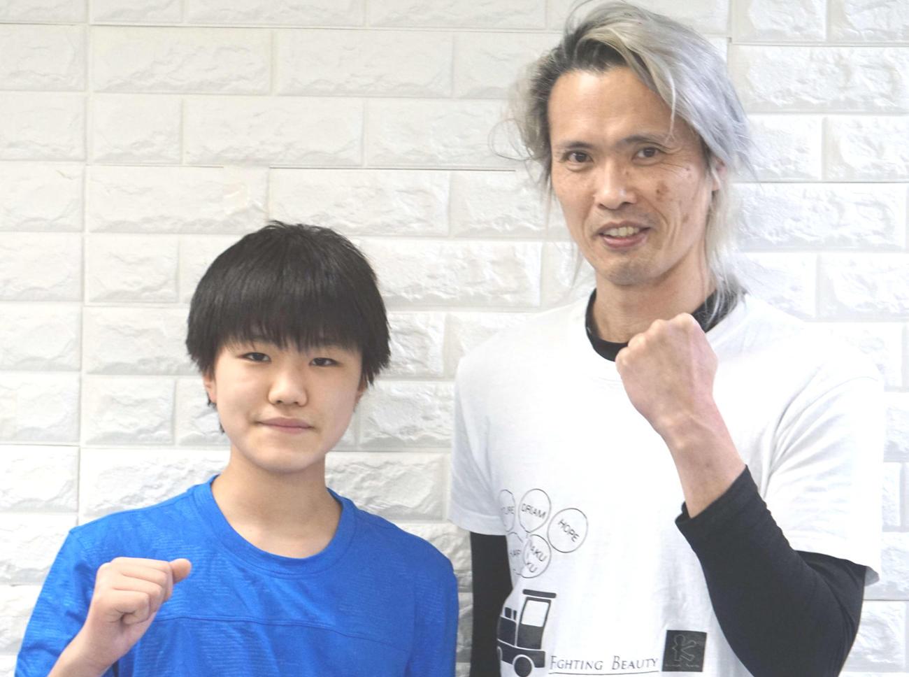 昨年からバク転にチャレンジする小林君(左)、伊東トレーナー
