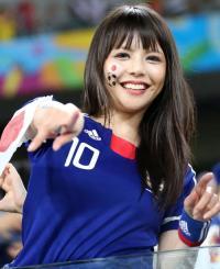 試合前に盛り上がる日本の美女サポーター