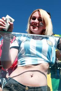 ヘソ出しルックのアルゼンチン美女サポ