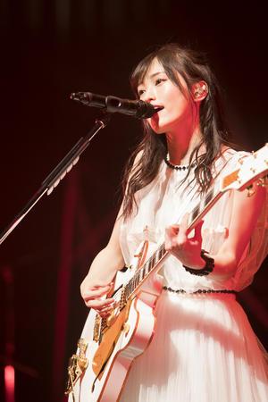 ライブツアー最終地の大阪公演初日に熱唱する山本彩