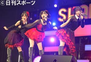握手会の前座で「雨のピアニスト」を披露したAKB48。左から小栗有以、岡田奈々、村山彩希(撮影・森本隆)