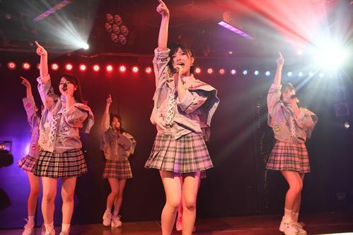 AKB劇場公演で歌う岡田奈々(C)AKS