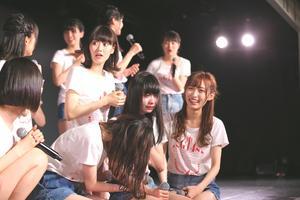 速報1位を聞いて今年も泣き崩れる荻野由佳(前列左から3人目)(C)AKS
