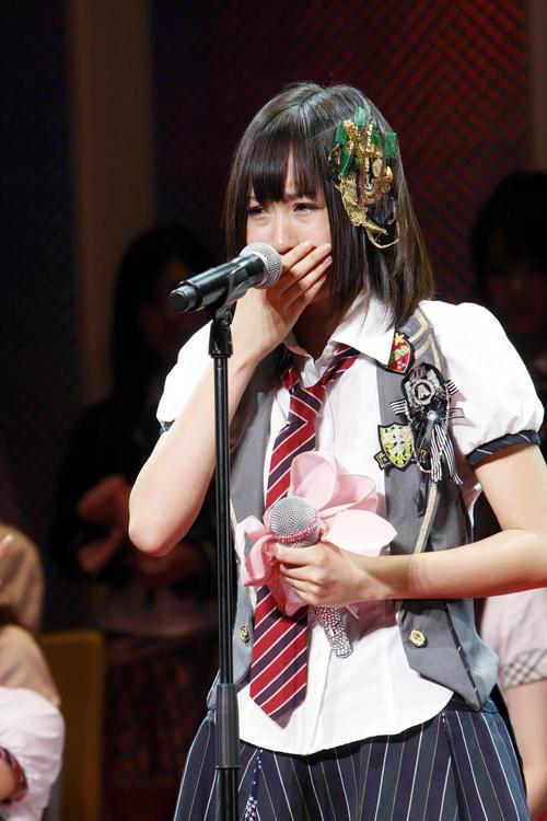 09年7月、第1回AKB48選抜総選挙 1位に輝いた前田敦子は、涙を流してスピーチする(c)AKS