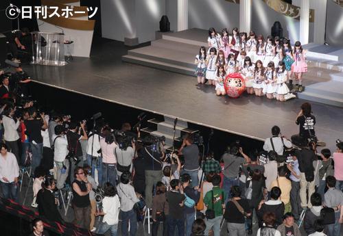 10年6月、AKB48総選挙を勝ち残り、記念撮影を行うメンバー