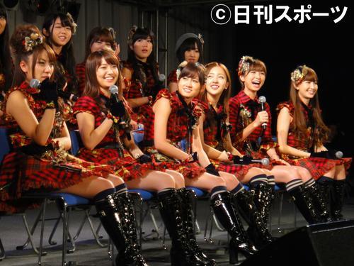 11年5月、AKB48の神7のうち6人が、千葉・幕張メッセのイベントに出演。左から高橋みなみ、大島優子、前田敦子、板野友美、篠田麻里子、小嶋陽菜
