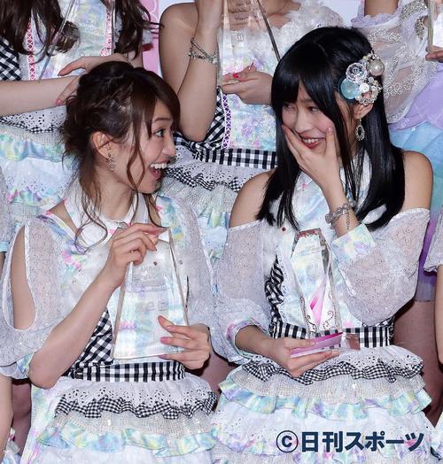 13年6月、第5回AKB48選抜総選挙開票イベントで2位の大島優子(左)に声をかけられ笑顔を作ろうとする1位の指原莉乃