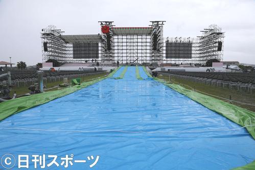 17年6月、AKB48選抜総選挙を開催するはずだった豊見城市・豊崎美らSUNビーチに設置されたステージ。中央はスライダーとプール