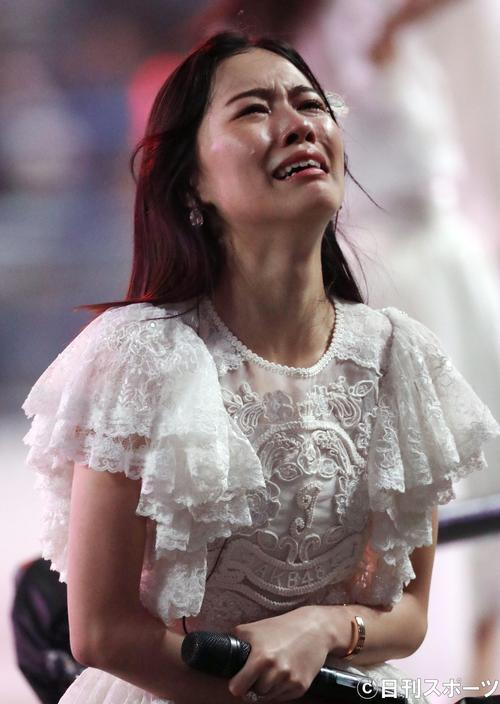 総選挙前のコンサートで、号泣する松井珠理奈。この後、スタッフに抱えられてステージを引き揚げた(撮影・林敏行)