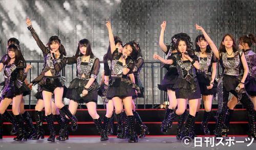 総選挙の結果発表を前に、ナゴヤドームで熱唱するAKB48グループのメンバー(撮影・林敏行)