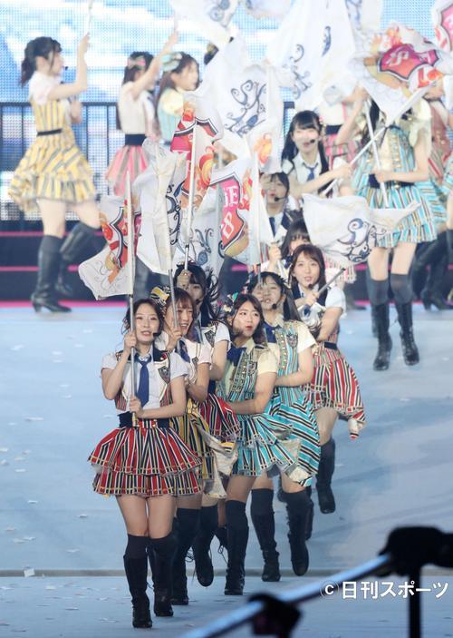 総選挙の結果発表を前に、ナゴヤドームで熱唱するSKE48のメンバー(撮影・林敏行)