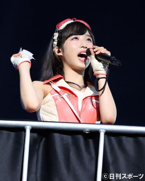 総選挙前のコンサートで、ゴンドラに乗り熱唱する小栗有以(撮影・林敏行)