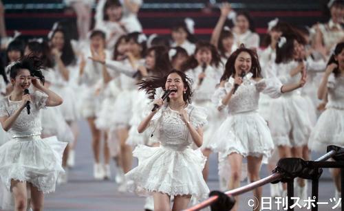 総選挙の結果発表を前に、ナゴヤドームで熱唱する松井珠理奈(中央)らAKB48グループのメンバー。左は荻野由佳(撮影・林敏行)