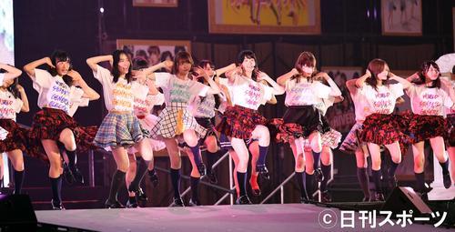 AKB総選挙前のコンサートでは指原莉乃(左から3人目)、柏木由紀(同4人目)も飛び入り参加(撮影・前岡正明)