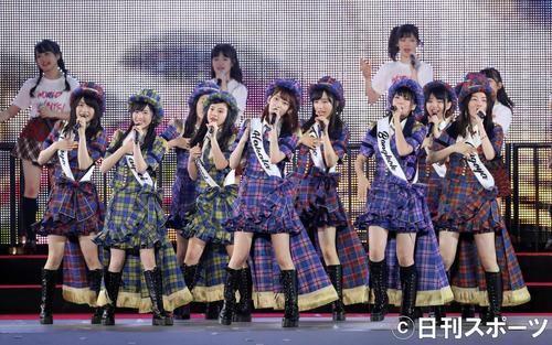 総選挙前のコンサートで、熱唱する宮脇咲良(中央)らAKB48グループメンバー(撮影・林敏行)