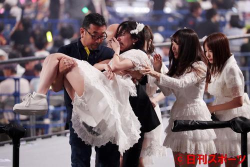 総選挙前のコンサートで、泣きながらスタッフに抱えられるステージを引き揚げる松井珠理奈(撮影・林敏行)