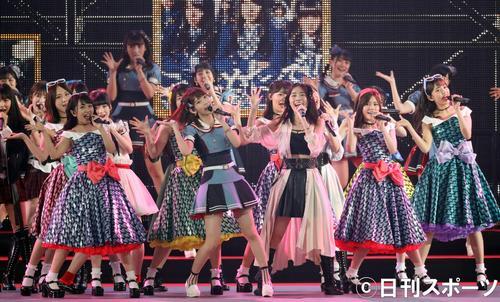 総選挙の結果発表を前に、ナゴヤドームで熱唱する宮脇咲良(中央)らAKB48グループのメンバー(撮影・林敏行)
