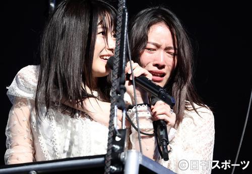 総選挙前のコンサートで、横山由依(左)とゴンドラに乗り、涙を流す松井珠理奈(撮影・林敏行)