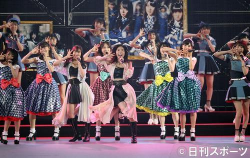総選挙の結果発表を前に、ナゴヤドームで熱唱する松井珠理奈(中央)らAKB48グループのメンバー(撮影・林敏行)
