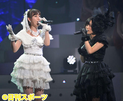 第2回AKB48紅白対抗歌合戦で小嶋陽菜と熱唱(2012年12月17日撮影)