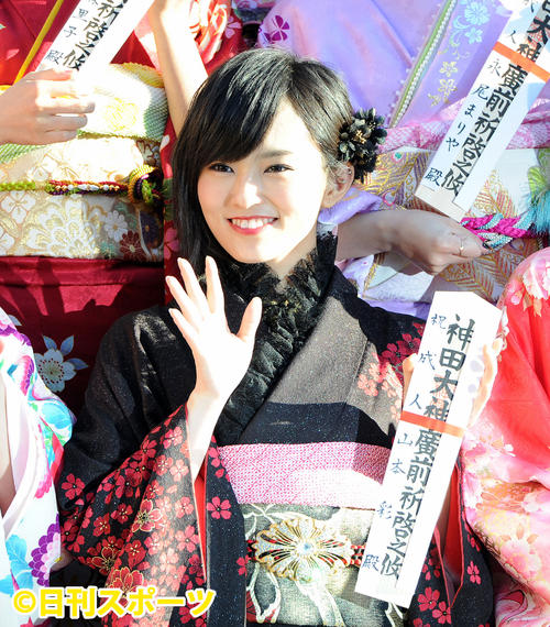 神田明神でAKB48グループの成人式を終えファンに手を振って応える(2014年1月13日撮影)