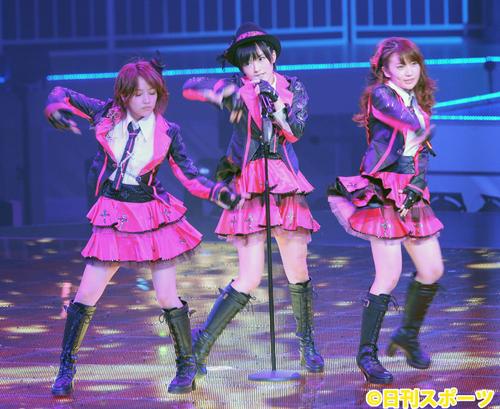 日本武道館コンサート「AKB48グループ臨時総会~白黒つけようじゃないか ! ~」で高橋みなみ、大島優子と競演(2013年4月28日撮影)