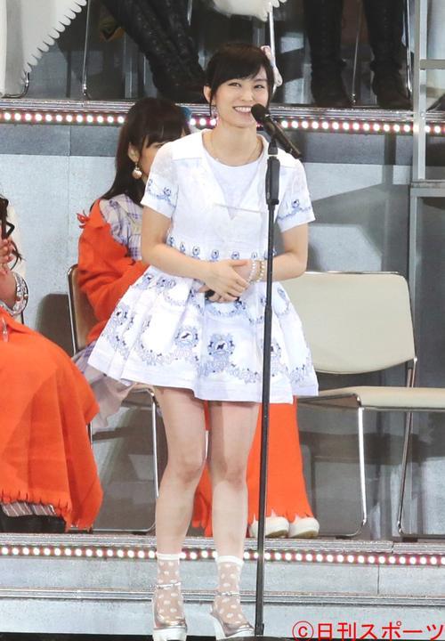 笑顔でスピーチする6位の山本彩(2014年6月7日撮影)