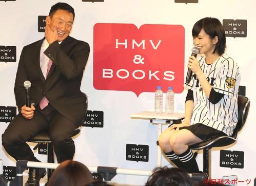 トークショーで笑顔を見せる阪神金本監督(左)とNMB48山本彩(2015年11月26日撮影)