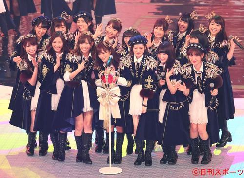 第67回NHK紅白歌合戦 投票でセンターに山本彩(手前中央)が入ったAKB48は「夢の紅白選抜SPメドレー」を歌い上げる(2016年12月31日撮影)