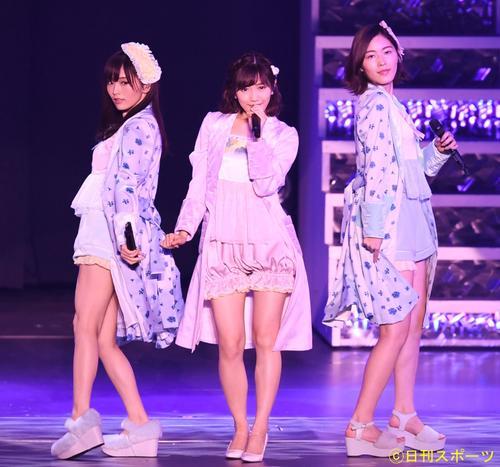 渡辺麻友卒業コンサートで「パジャマドライブ」を披露する渡辺麻友(中央)。左は山本彩、右は松井珠理奈(2017年10月31日撮影)