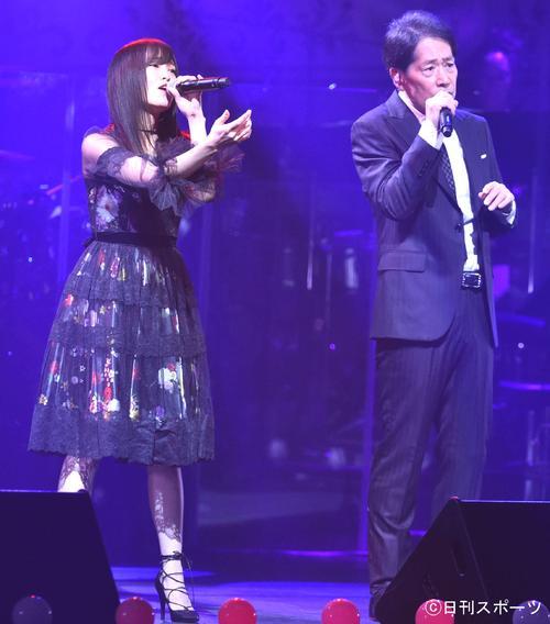 AKB48グループ「第7回紅白対抗歌合戦」 稲垣潤一(右)と「過ち」を披露するNMB48山本彩(2017年12月10日撮影)