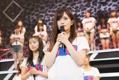 涙ぐみながら卒業を発表する山本彩(C)NMB48