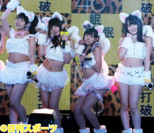 猫の格好でライブ。左から小笠原茉由、山田菜々、渡辺美優紀、山本彩(2012年7月2日撮影)