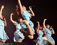 元気にジャンプするSTU48瀧野由美子(中央)ら(撮影・森本隆)