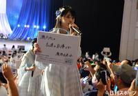 場内を練り歩きながら瀬戸内への応援メッセージを掲げるSTU48瀧野由美子(撮影・森本隆)