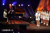 「瀬戸内の声」を生演奏で披露するSTU48。ピアノは兵頭葵、サックスは瀧野由美子(撮影・森本隆)