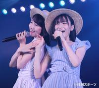AKB48チームB公演「シアターの女神」で、「潮風の招待状」を歌う柏木由紀(左)、福岡聖菜(撮影・林敏行)