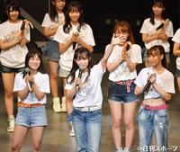 笑顔で卒業発表をするSKE48の松村香織(前列中央)(撮影・横山健太)