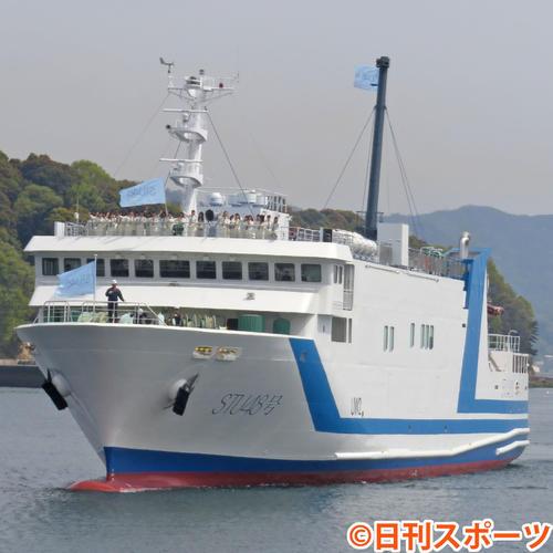 メンバーを乗せて広島港に入港するSTU48号(撮影・横山慧)